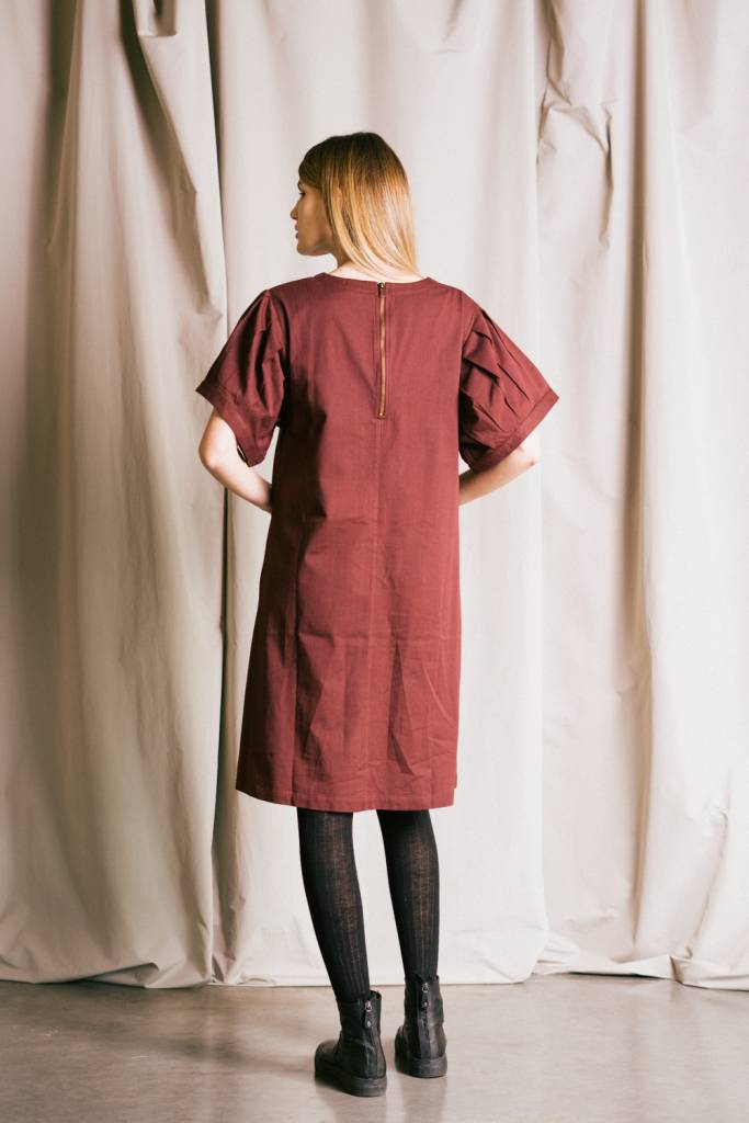 Organic cotton twill dress with pleated sleeves.