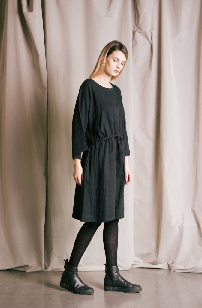 Women's loose-fitting gathered waist dress in organic cotton .