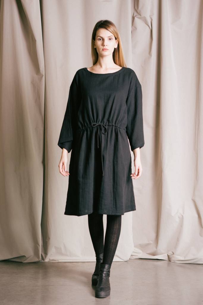 Women's loose-fitting dress in organic cotton with a gathered waist.